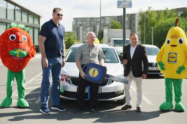 """Photo of """"Lidl"""" išdalijo gimtadienio prizus: naujutėlė """"Škoda"""" iškeliavo į Kauną"""